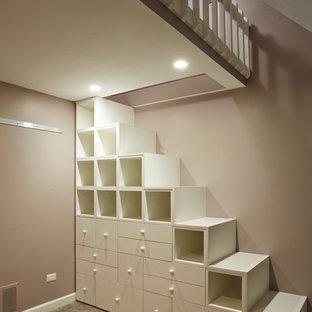 Modelo de dormitorio tipo loft, contemporáneo, pequeño, con paredes grises y moqueta