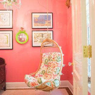 Diseño de habitación de invitados clásica, de tamaño medio, sin chimenea, con paredes rosas, suelo de madera en tonos medios y suelo marrón