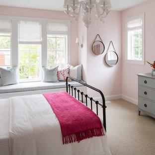 Идея дизайна: гостевая спальня среднего размера в современном стиле с розовыми стенами, ковровым покрытием и бежевым полом без камина