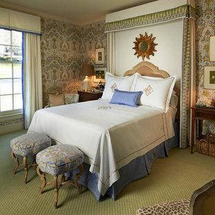 Cette photo montre une chambre avec moquette chic avec un mur multicolore et un sol vert.
