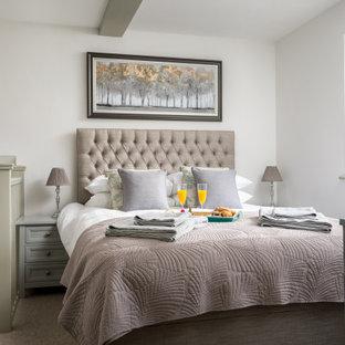 Modelo de dormitorio tipo loft, clásico, de tamaño medio, con paredes blancas, moqueta y suelo gris