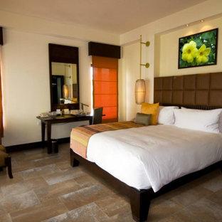 Diseño de dormitorio principal, asiático, de tamaño medio, sin chimenea, con paredes beige, suelo vinílico y suelo marrón