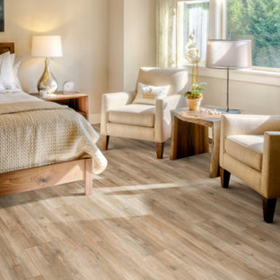 Idee per una camera matrimoniale tradizionale di medie dimensioni con pareti beige, pavimento in vinile, nessun camino e pavimento marrone
