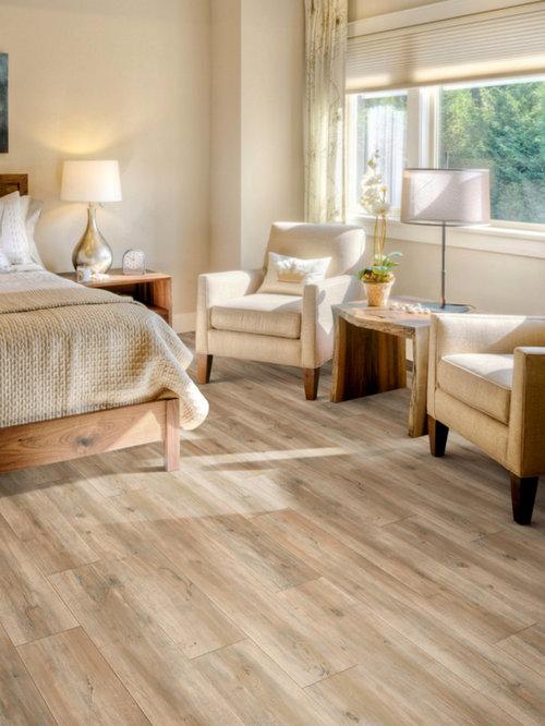 mittelgroes klassisches hauptschlafzimmer ohne kamin mit beiger wandfarbe vinylboden und braunem boden in sonstige - Schlafzimmer Boden Ideen