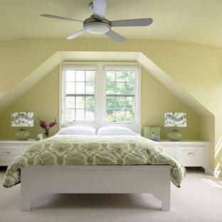 Imagen de dormitorio principal, tradicional renovado, de tamaño medio, sin chimenea, con paredes amarillas, moqueta y suelo blanco