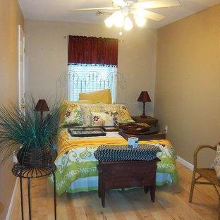 Foto di una piccola camera degli ospiti stile americano con parquet chiaro, pareti beige e pavimento giallo