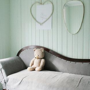 Réalisation d'une chambre style shabby chic avec un sol en bois peint.