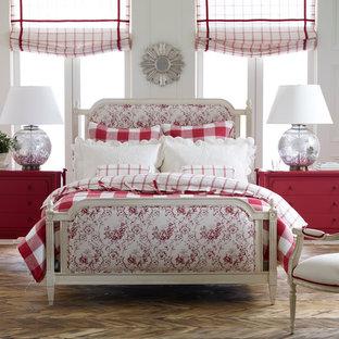 ニューヨークの中サイズのエクレクティックスタイルのおしゃれな客用寝室 (白い壁、無垢フローリング、暖炉なし、茶色い床) のインテリア