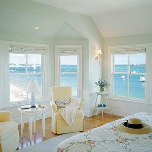 Idées déco pour une chambre classique avec un mur bleu, un sol en bois brun et un sol jaune.
