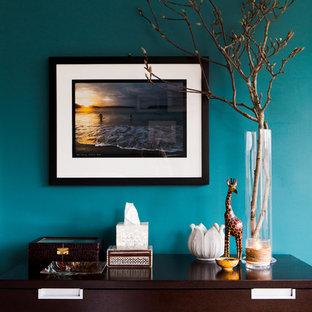Foto di una camera matrimoniale design di medie dimensioni con pareti blu