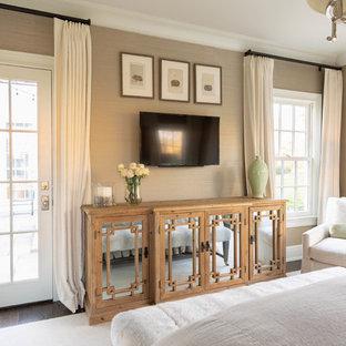 Mittelgroßes Klassisches Hauptschlafzimmer mit beiger Wandfarbe, dunklem Holzboden und braunem Boden in Nashville