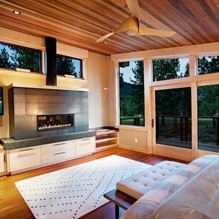 サクラメントの中くらいのラスティックスタイルのおしゃれな主寝室 (無垢フローリング、横長型暖炉、黒い壁、金属の暖炉まわり) のレイアウト