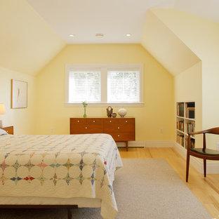 На фото: спальня в стиле ретро с желтыми стенами и желтым полом с