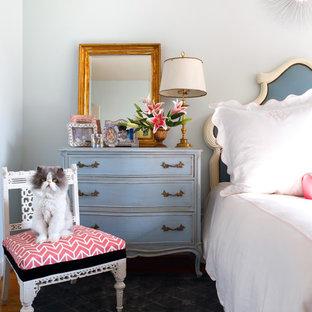 Exempel på ett shabby chic-inspirerat sovrum, med vita väggar
