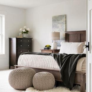 Idéer för stora vintage huvudsovrum, med vita väggar, heltäckningsmatta och beiget golv