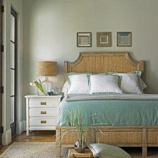 Inspiration för stora klassiska huvudsovrum, med gröna väggar och mellanmörkt trägolv