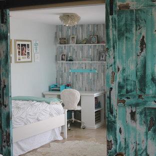 Modelo de dormitorio marinero, pequeño, sin chimenea, con paredes azules, suelo de travertino y suelo beige