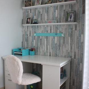 Immagine di una piccola camera da letto stile marino con pareti blu, pavimento in travertino, nessun camino e pavimento beige