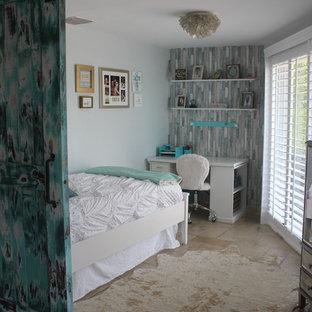Imagen de dormitorio marinero, pequeño, sin chimenea, con paredes azules, suelo de travertino y suelo beige
