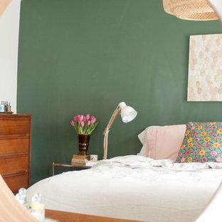 Foto de dormitorio principal, ecléctico, pequeño, con paredes verdes y suelo de madera en tonos medios