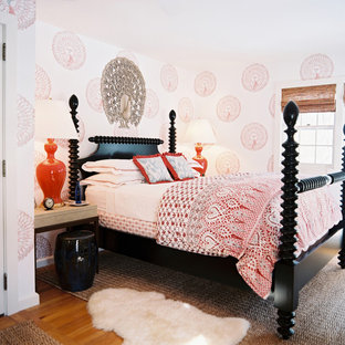 На фото: спальни в восточном стиле с белыми стенами и паркетным полом среднего тона