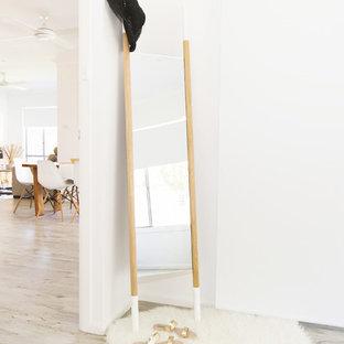 Diseño de dormitorio principal, escandinavo, de tamaño medio, con paredes blancas y suelo vinílico