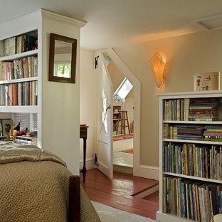 Cette image montre une chambre traditionnelle avec un mur beige et un sol rouge.