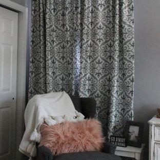 シカゴのカントリー風おしゃれな主寝室 (グレーの壁、無垢フローリング、木材の暖炉まわり) のレイアウト