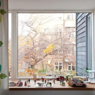 Foto de dormitorio pequeño, sin chimenea, con paredes blancas, moqueta y suelo verde