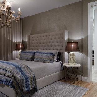 ウィルミントンの中サイズのコンテンポラリースタイルのおしゃれな客用寝室 (茶色い壁、竹フローリング) のレイアウト