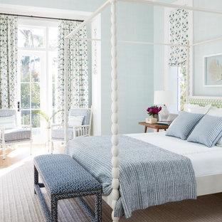Inspiration för ett maritimt gästrum, med blå väggar, ljust trägolv och brunt golv