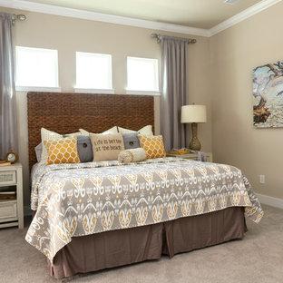 Foto de dormitorio principal, costero, de tamaño medio, sin chimenea, con paredes grises, moqueta y suelo beige