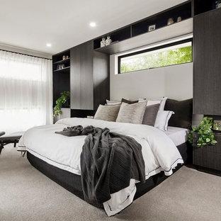 Идея дизайна: гостевая спальня в современном стиле с ковровым покрытием и белым полом