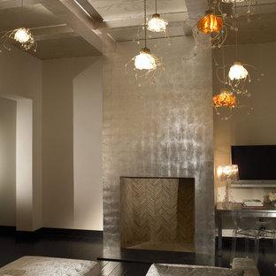 サンディエゴのモダンスタイルのおしゃれな寝室 (ベージュの壁、濃色無垢フローリング、標準型暖炉、金属の暖炉まわり)