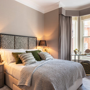 ロンドンの中くらいのトランジショナルスタイルのおしゃれな客用寝室 (グレーの壁、カーペット敷き、暖炉なし、グレーの床、格子天井)