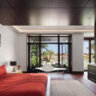 Idee per una grande camera matrimoniale minimal con pareti bianche e pavimento in legno massello medio