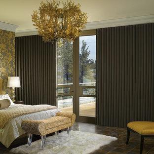 Diseño de dormitorio principal, clásico, grande, con paredes multicolor, suelo de baldosas de porcelana, chimenea lineal y suelo gris