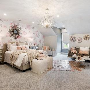 Diseño de habitación de invitados papel pintado, clásica renovada, grande, con paredes rosas, moqueta, suelo multicolor, papel pintado y papel pintado