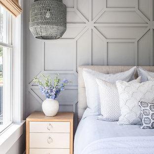 Ejemplo de dormitorio principal, de tamaño medio, con paredes grises, suelo de madera en tonos medios y suelo rojo