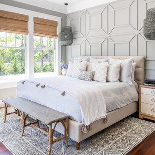 他の地域の中サイズのビーチスタイルのおしゃれな主寝室 (グレーの壁、無垢フローリング、暖炉なし) のレイアウト