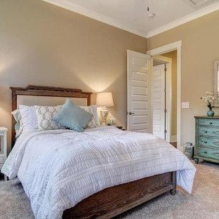 На фото: маленькая гостевая спальня с бежевыми стенами, ковровым покрытием и белым полом без камина с