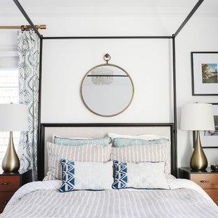 Imagen de habitación de invitados pequeña, sin chimenea, con paredes blancas, moqueta y suelo beige
