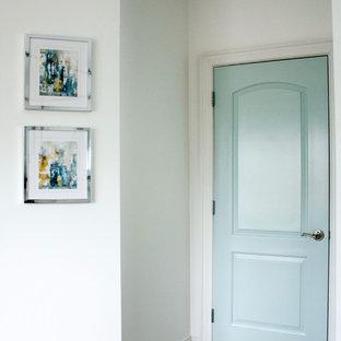 Diseño de habitación de invitados extra grande, sin chimenea, con paredes blancas, moqueta y suelo beige
