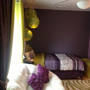 Пример оригинального дизайна: спальня среднего размера в стиле фьюжн с фиолетовыми стенами и полом из бамбука