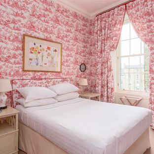 Diseño de dormitorio clásico con paredes rojas, moqueta y suelo beige