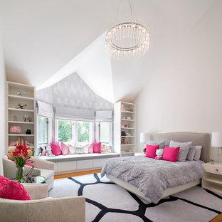 ニューヨークの大きいトランジショナルスタイルのおしゃれな寝室 (白い壁、淡色無垢フローリング)
