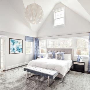 Пример оригинального дизайна: спальня в стиле неоклассика (современная классика) с серыми стенами, темным паркетным полом, коричневым полом и синими шторами