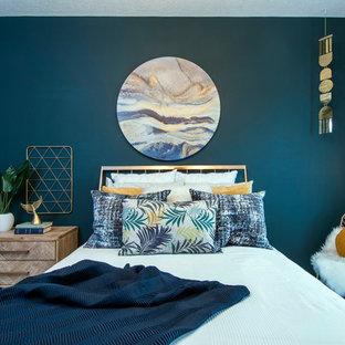 На фото: спальня в морском стиле с зелеными стенами, ковровым покрытием и белым полом с