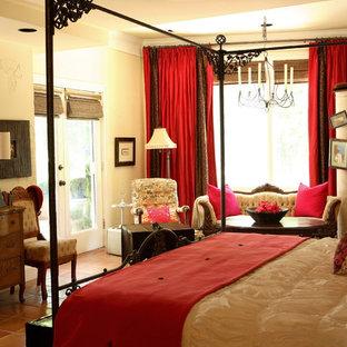 Idées déco pour une grande chambre parentale éclectique avec un mur blanc et un sol en carreau de terre cuite.