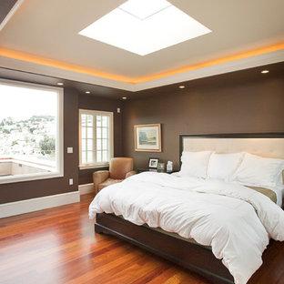 Diseño de dormitorio clásico renovado con paredes marrones y suelo naranja